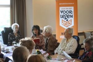 Dieuwertje Blok leest voor tijdens de Nationale Voorleeslunch